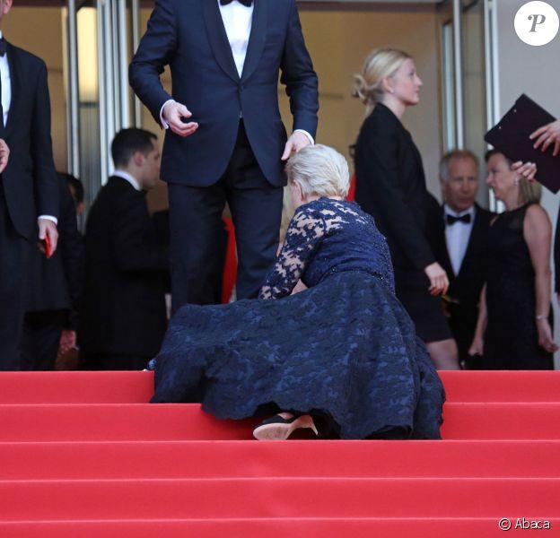 Dame Helen Mirren a trébuché sur les marches du palais des festivals lors de la projection de La Fille inconnue - Festival de Cannes 18 mai 2016