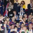 Andres Iniesta, Lionel Messi et son fils Mateo et les joueurs du Barça célèbrent leur victoire (2-0 après prolongations) lors de la finale de la Coupe du Roi entre le FC Barcelone et le FC Séville à Vicente Calderon à Madrid en Espagne le 22 mai 2016.