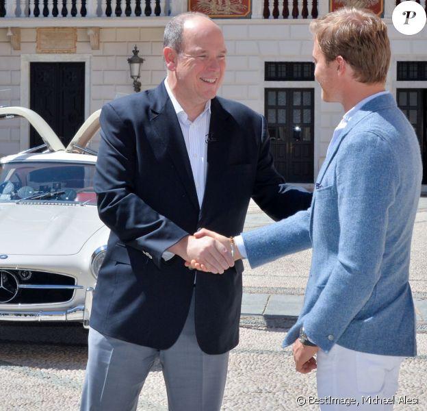 """Exclusif - Le prince Albert II de Monaco a eu le plaisir de faire deux tours du circuit du Grand Prix de Monaco à bord d'une Mercedes 300 SL Gullwing - dite """"Papillon"""" - conduite par le pilote Nico Rosberg, le 24 mai 2016, à cinq jours du 74e Grand Prix de Formule 1 de Monaco, que l'Allemand a remporté en 2013, 2014 et 2015. © Michael Alesi / Bestimage"""