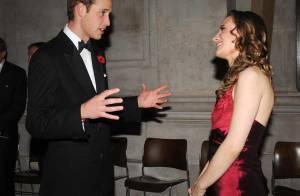 REPORTAGE PHOTOS : Le prince William ne résiste pas à une belle robe rouge...