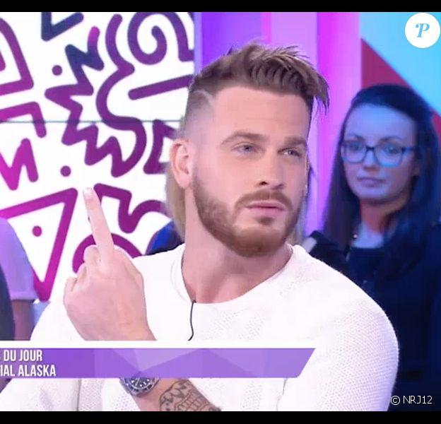 """Raphaël des """"Anges 8"""" clashe Aurélie et Andréane dans le """"Mad Mag"""" sur NRJ12. Le 30 mai 2016."""