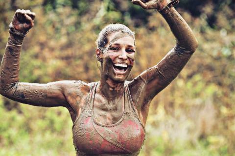 Laury Thilleman : Souriante et recouverte de boue après une course endiablée