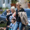 Exclusif - Molly Sims se promène avec ses enfants Brooks, qui fait une colère, et Scarlett ainsi que la nounou à Pacific Palisades le 7 juin 2016.