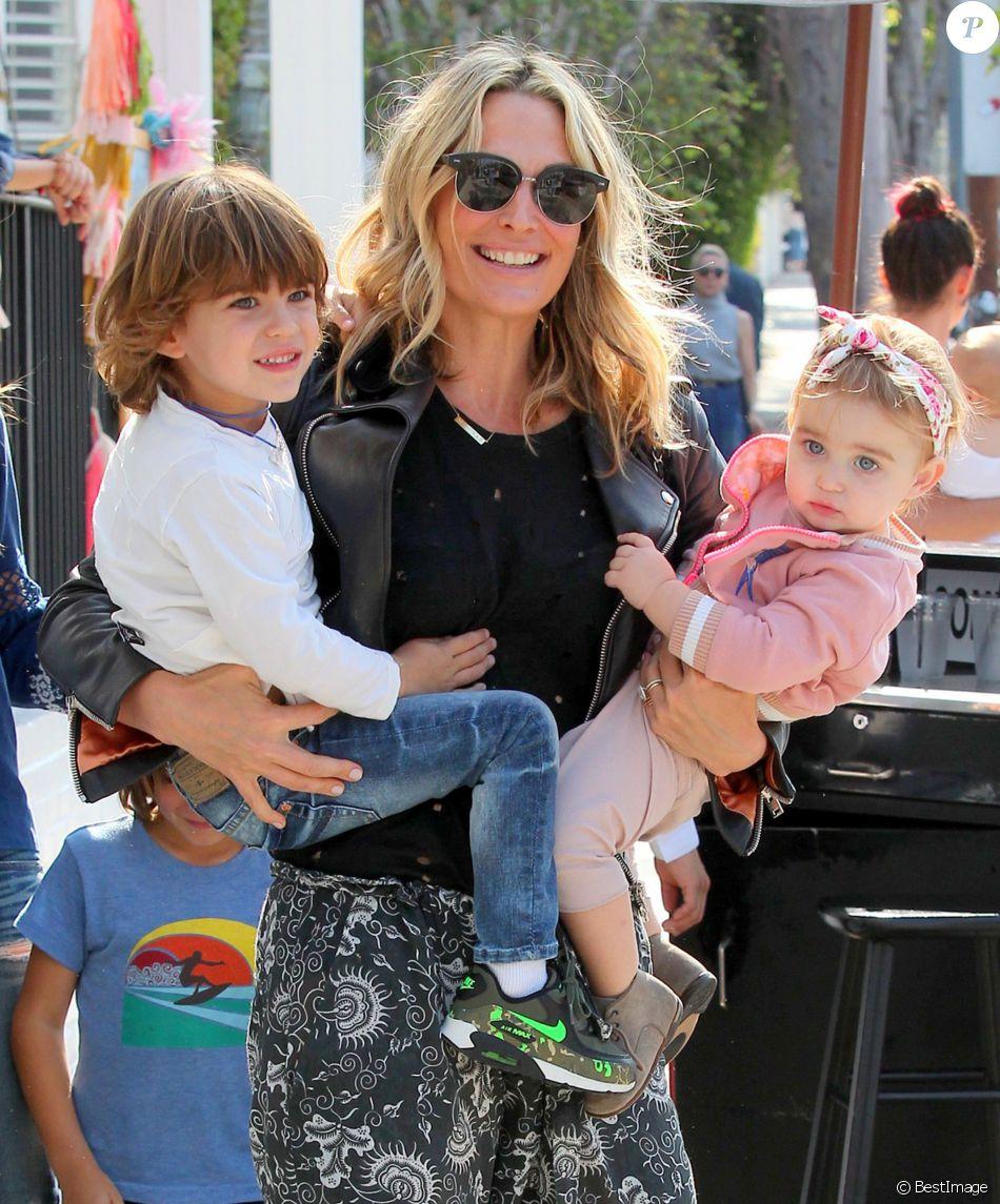 Molly Sims avec ses enfants Brooks et Scarlett devant le restaurant Fudge à West Hollywood le 16 mai 2016.