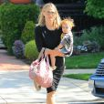 Exclusif - Molly Sims se promène avec sa fille Scarlett Stuber dans les rues de Beverly Hills, le 14 avril 2016