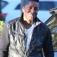 Jermaine Jackson, au téléphone, dans les rues de Los Angeles. Sa femme Halima Rashid vient d'être accusée de violences domestiques et a passé 5 heures en prison pour être ensuite relâchée après avoir payé 50.000 $ de caution. Le 2 décembre 2015
