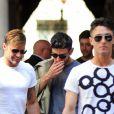 """Ricky Martin et son petit ami Jwan Yosef déjeunent avec des amis au restaurant """"Il Salumaio di Montenapoleone"""" à Milan, le 20 juin 2016."""