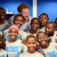 Le prince Harry et Joss Stone assistent aux répétitions des enfants du Basotho Youth Choir à Croydon le 27 juin 2016.