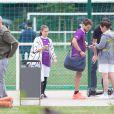 Exclusif - Rayane Bensetti en plein échange avec une autre membre de l'équipe BBC Worldwide au tournoi Media's Cup. Le 2 juillet 2016