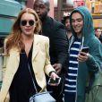Lindsay Lohan porte toujours sa bague qui alimente les rumeurs de fiancailles avec son compagnon Egor Tarabasov à New York le 13 avril 2016