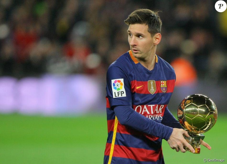 Lionel Messi présente son Ballon d'Or au Camp Nou à Barcelone devant ses coéquipiers le 17 janvier 2016.