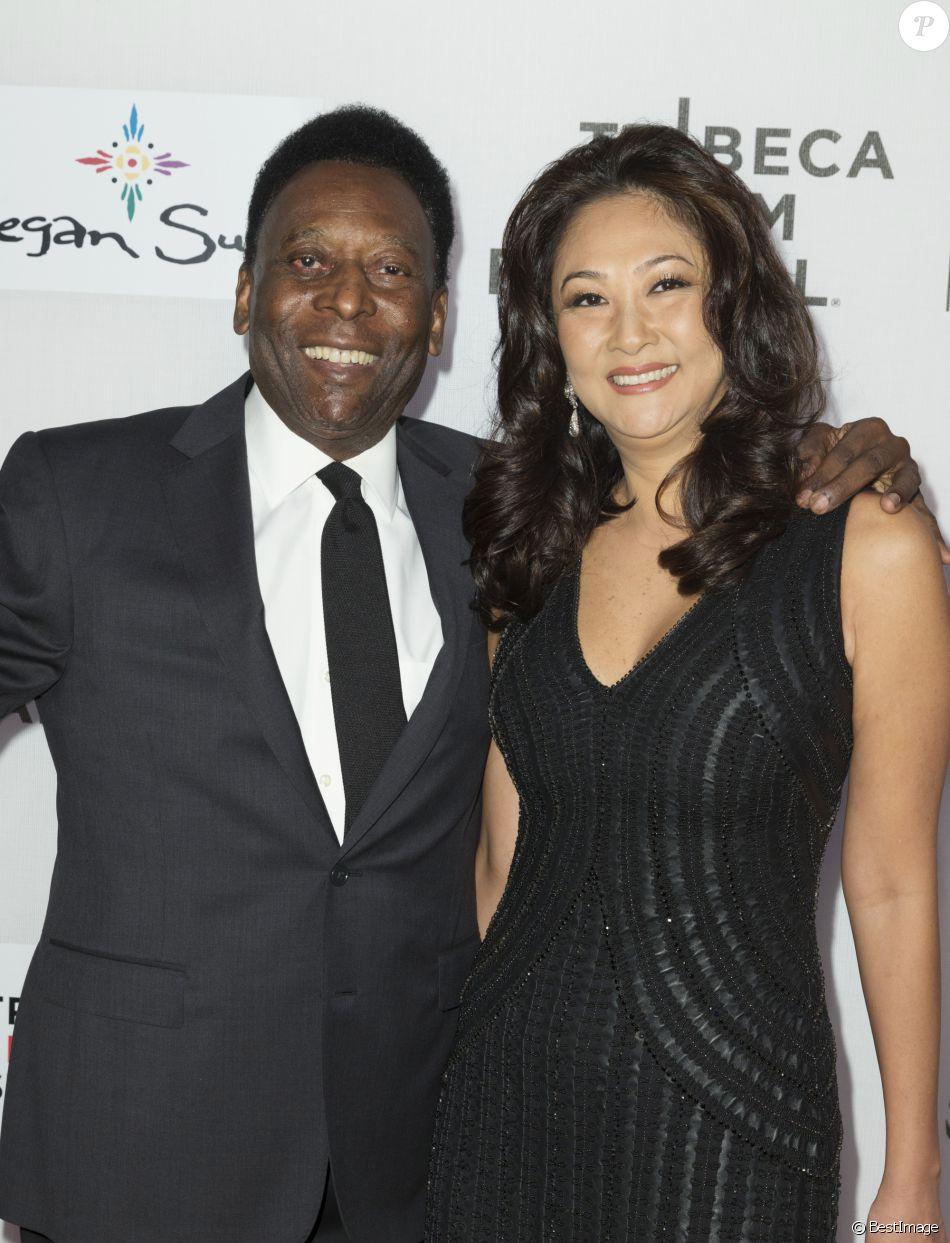 """Pelé (Edson Arantes do Nascimento) et sa femme Marcia Aoki assistent à la première du film """"Pelé : The birth of a legend"""" lors du Festival du Film de Tribeca à New York. Le 23 avril 2016"""