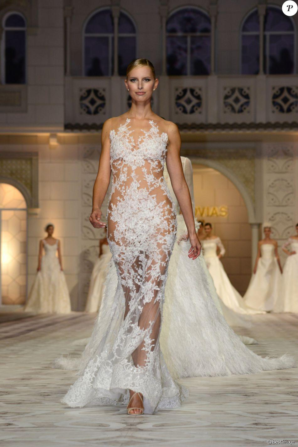 Karolina Kurkova défile pour Pronovias, la maison de couture espagnole de  robes de mariée à Barcelone, le 9 mai 2014.
