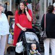 Liv Tyler promène son fils Sailor en poussette dans le quartier de West Village à New York, le 19 mai 2016