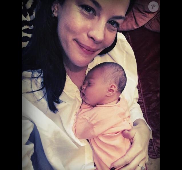 Liv Tyler prenant la pose avec son nouveau-né, une adorable petite fille baptisée Lula, le 21 juillet 2016.
