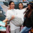 "Jon, Vivian, Julia - Photocall des ""Anges 7"" au Barrio Latino à Paris, le 26 mai 2015."