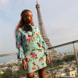 Beyoncé sur la terrasse de sa chambre d'hôtel au Shangri-La, porte une robe à volants en soie et des sandales en cuir métallisé Gucci, et des bijoux (boucles d'oreilles, bracelet et bagues) Messika. Juillet 2016.