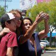 Exclusif - Caitlyn Jenner pose avec des fans à la sortie d'un Starbucks à Woodland Hills, le 25 juillet 2016.