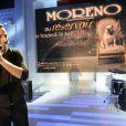 Michael Moreno chante lors de l'émission Vivement Dimanche consacrée à son père Jean Reno sur France 2 diffusée le 21 mars 2010