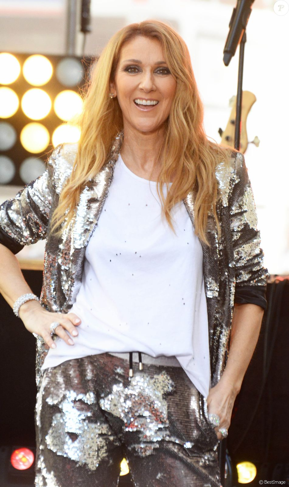 """Céline Dion donne un concert lors de sa participation à l'émission """"Today"""" de la chaîne NBC au Rockefeller Plaza à New York, le 22 juillet 2016."""