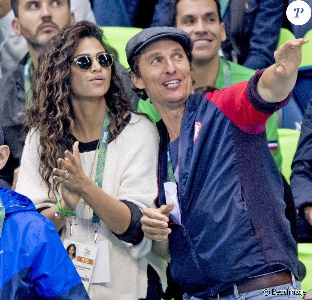 Matthew McConaughey avec sa femme Camila Alves assistent à la deuxième demi-finale du 200m masculin quatre nages individuel au stade olympique de natation aux Jeux Olympiques (JO) de Rio 2016 à Rio de Janeiro, Brésil, le 10 août 2016.