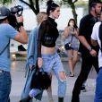 Kendall Jenner se promène à Los Angeles le 6 aout 2016.