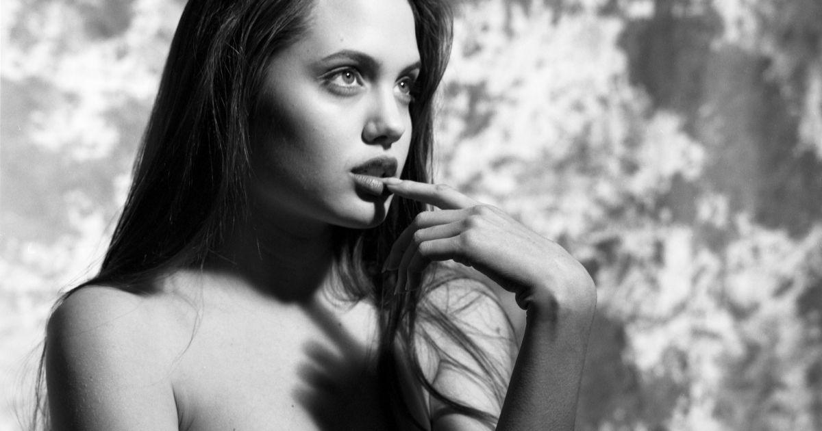 Angelina se prend des rafales de bites par tous les trous 8