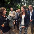 Kate Middleton et le prince William face à un dinosaure de l'animation estivale de l'Eden Project, un complexe environnemental en Cornouailles, lors de leur visite le 2 septembre 2016.