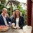 Petite pause au Baobab & Rum Bar pour Kate Middleton et le prince William lors de leur visite de l'Eden Project, un complexe environnemental en Cornouailles, le 2 septembre 2016.