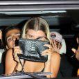 Exclusif - Sofia Richie, la compagne supposée de Justin Bieber, fait des doigts d'honneur aux photographes à la sortie d'un restaurant de West Hollywood le 23 août 2016. © CPA / Bestimage
