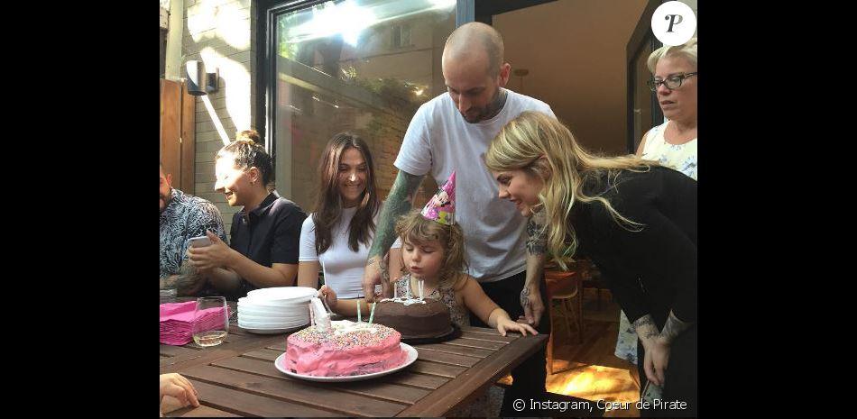 Coeur de Pirate a dévoilé des photos de l'anniversaire de sa fille Romy, sur Instagram. Août 2016. Ici en compagnie de son mari Alex Peyrat.