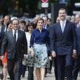 Letizia d'Espagne (dans son ensemble jupe Carolina Herrera et chemisier Felipe Varela, nu-pieds de la première et pochette du second) avec son mari le roi Felipe et François Hollande à Paris le 2 juin 2015.