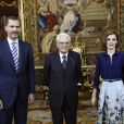 Letizia d'Espagne (dans son ensemble jupe Carolina Herrera et chemisier Felipe Varela, nu-pieds de la première et pochette du second) avec son mari le roi Felipe recevant le président italien Sergio Mattarella le 11 mai 2015.