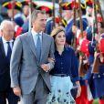 Letizia d'Espagne (dans son ensemble jupe Carolina Herrera et chemisier Felipe Varela, nu-pieds de la première et pochette du second) avec son mari le roi Felipe à San Agustin en Floride le 18 septembre 2015.