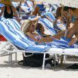 Devon Windsor et son petit ami Johnny Dex profitent d'un après-midi ensoleillé sur la plage de Miami, le 5 septembre 2016.