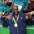 Teddy Riner et sa médaille d'or en jude (+ de 100kg) gagnée contre le Japonais Hiroshi Harakawa aux Jeux olympiques de Rio, le 12 août 2016.