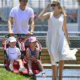 Exclusif - Ivanka Trump et son mari Jared Kushner se promènent à Brooklyn Bridge avec leurs enfants Arabella et Joseph à New York le 26 juin 2016.
