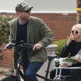 Exclusif - Liev Schreiber promène sa femme Naomi Watts à l'arrière de son vélo après avoir acheté des fleurs chez le fleuriste à Brentwood, le 28 février 2016