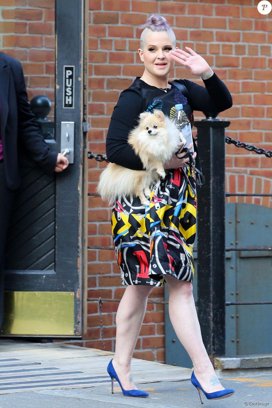 Kelly Osbourne porte une robe multicolore à New York le 19 août 2016.