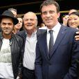 Jamel Debbouze, Marc Ladreit de Lacharrière et Manuel Valls lors de la finale du Trophée d'Impro Culture & Diversité, au Théâtre Comédia à Paris le 18 mai 2015.