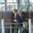 Le prince William et le prince Harry sur le site du London Eye, la grande roue de Londres, le 10 octobre 2016 à l'occasion de leurs engagements officiels avec la duchesse Catherine lors de la Journée mondiale de la santé mentale. © Doug Peters/PA Wire/ABACAPRESS.COM
