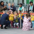 Le duc et la duchesse de Cambridge rencontrent des enfants sur le site du London Eye, la grande roue de Londres, le 10 octobre 2016 à l'occasion de leurs engagements officiels lors de la Journée mondiale de la santé mentale. © Doug Peters/PA Wire/ABACAPRESS.COM