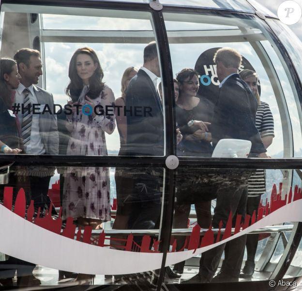 Le duc et la duchesse de Cambridge et le prince Harry ont pu faire un tour en haut du London Eye, la grande roue de Londres, le 10 octobre 2016 à l'occasion de leurs engagements officiels lors de la Journée mondiale de la santé mentale. © Doug Peters/PA Wire/ABACAPRESS.COM