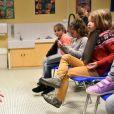 """Exclusif - Cécilia Hornus lors de la lecture de la dictée ELA à l'école Gaston Ramon à Garches, le 10 octobre 2016, pour le lancement officiel de la campagne nationale """"Mets tes baskets et bats la maladie à l'école"""". Pour l'édition 2016, c'est Katherine Pancol, qui a rédigé un texte inédit dédié au combat des enfants contre la maladie."""