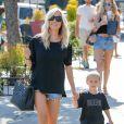 Kristin Cavallari se promène avec son fils Camden dans les rues de West Hollywood, le 27 juillet 2016