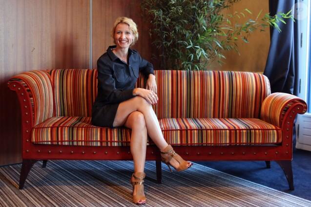 alexandra lamy avec d 39 adorables ch vres un remake de l 39 amour est dans le pr purepeople. Black Bedroom Furniture Sets. Home Design Ideas