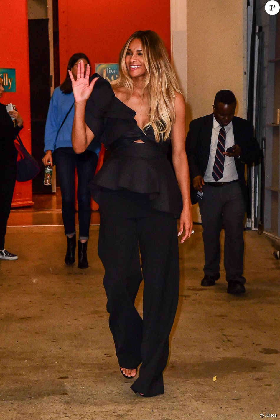 "Ciara salue ses fans à la sortie de l'émission ""Live with Kelly!"" à New York le 19 octobre 2016."