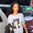 Rihanna affiche son soutien à Hillary Clinton, alors qu'elle arrive à un studio d'enregistrement de New York le 19 octobre 2016.