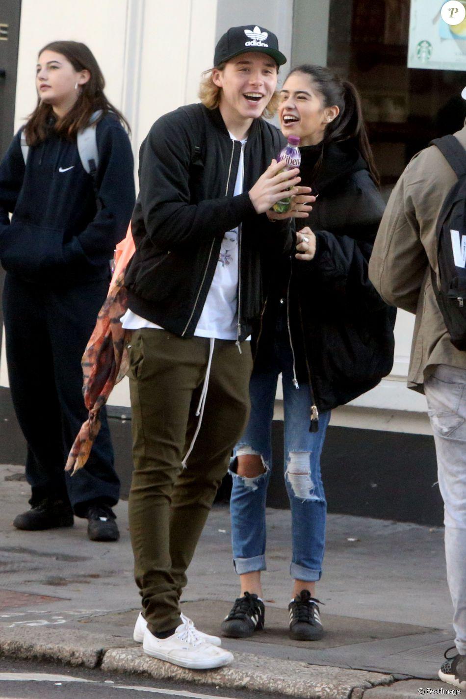 Exclusif - Brooklyn Beckham avec Kim Turnbull, la supposée petite amie de Rocco Ritchie discutent dans la rue à Londres, le 17 octobre 2016.