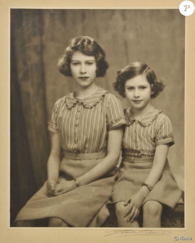 La princesse Elisabeth (future reine Elisabeth II) avec sa soeur la princesse Margaret en 1939, année de son coup de foudre pour le prince Philip.